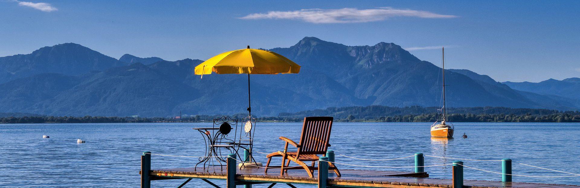 Chiemsee Pier mit Liegestuhl und Sonnenschirm
